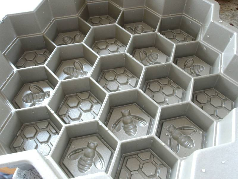 Click image for larger version  Name:nordic-ware-honeycomb-cake-pan-review-1.jpeg Views:29 Size:58.1 KB ID:34639